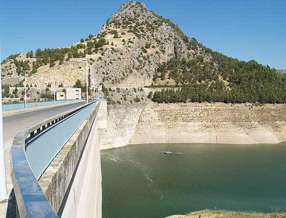 pantano-Iznajar-niveles-minimos_182691773_4419091_560x427